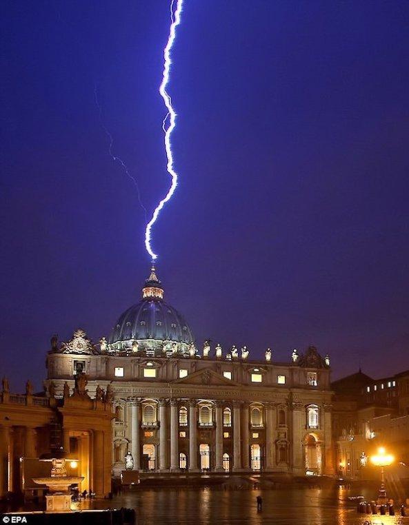 """Is deze blikseminslag in de St. Pieters Basiliek op de dag dat Benedictus XVI zijn aftreden aankondigde een """"Teken van God ?"""""""
